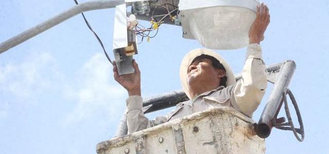 TECNICO ELECTRICO DEL MUNICIPIO REPONE LUMINARIAS EN DIFERENTES PARTES DE LA COMUNA, HACE LLAMADO A COMUNICAR SECTORES DONDE LA SITUACION ES DEFICIENTE.